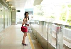 Vrouw die op trein wacht stock foto
