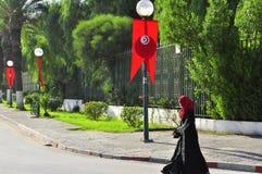 Vrouw die op Tunesische verfraaide straat loopt Stock Afbeelding