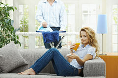Vrouw die op TV let Stock Foto's
