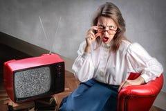 Vrouw die op TV let royalty-vrije stock foto's