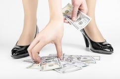 Vrouw die op Vloer omhoog Contant geld grijpen stock foto's
