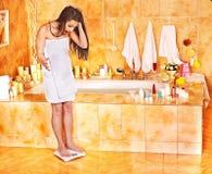 Vrouw die op vloerschalen wordt gewogen Royalty-vrije Stock Afbeelding
