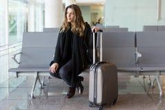 Vrouw die op vlucht wachten stock foto's