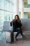 Vrouw die op vlucht wachten stock afbeelding