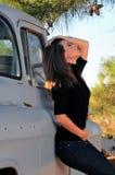 Vrouw die op Vrachtwagen leunt stock foto's