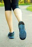 Vrouw die op weg, gezond levensstijlconcept lopen Stock Foto's