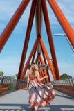 Vrouw die op Yandhai Nepean brug Penrith kruisen stock foto