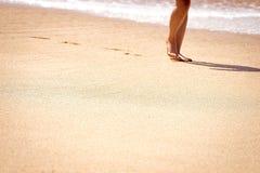 Vrouw die op zand loopt Royalty-vrije Stock Foto's