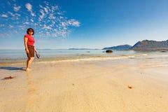 Vrouw die op zandig strand, Lofoten Noorwegen lopen royalty-vrije stock afbeelding
