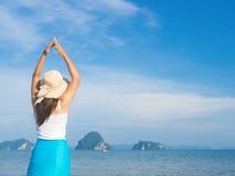 Vrouw die op zandstrand loopt Close-updetail van vrouwelijke voeten Voer concept op stock foto's