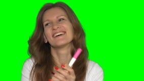 Vrouw die op zwangere test Jonge gelukkige aanstaande moeder kijken stock videobeelden