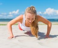 Vrouw die opdrukoefeningen doet Royalty-vrije Stock Fotografie