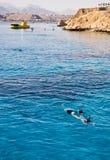 Vrouw die in open blauw snorkelt Stock Foto's