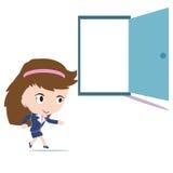 Vrouw die in open deur lopen Stock Foto