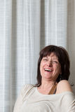 Vrouw die openlijk lachen royalty-vrije stock afbeelding
