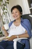 Vrouw die in openlucht drinkt Stock Foto's