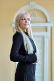 Vrouw die in openlucht stelt Royalty-vrije Stock Afbeeldingen