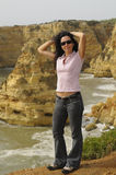 Vrouw die in openlucht stelt stock foto's