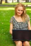 Vrouw die in openlucht werkt Stock Afbeeldingen