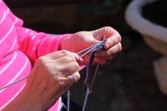 Vrouw die openluchta breien Royalty-vrije Stock Afbeeldingen