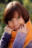 Vrouw die oranje sjaal draagt Stock Foto's