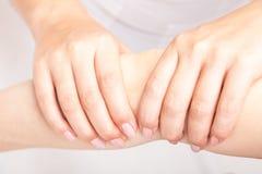 Vrouw die osteopathic behandeling van haar elleboog ontvangen stock foto