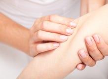 Vrouw die osteopathic behandeling van haar elleboog ontvangen royalty-vrije stock foto's