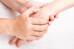 Vrouw die osteopathic behandeling van haar pols ontvangen stock foto's