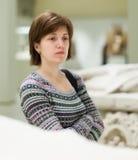 Vrouw die oude beeldhouwwerken in museum kijken royalty-vrije stock foto
