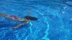 Vrouw die over de pool zwemmen onderwater stock videobeelden