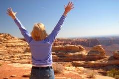 Vrouw die over een dramatisch uitzicht kijken stock foto