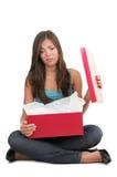 Vrouw die over gift wordt teleurgesteld Stock Afbeelding
