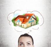 Vrouw die over haar toekomstig huis dromen stock foto's