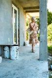 Vrouw die over het construeren van huis denkt Stock Foto