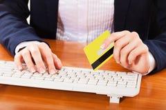 Vrouw die over Internet winkelen, Stock Afbeelding