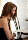 Vrouw die over Menu in Restaurant kijkt Stock Fotografie