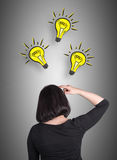 Vrouw die over nieuwe ideeën denken stock foto