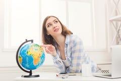 Vrouw die over reis dromen, die bol bekijken royalty-vrije stock afbeeldingen