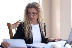 Vrouw die over rekeningen ongerust wordt gemaakt Stock Foto