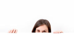 Vrouw die over witte achtergrond piepen. Royalty-vrije Stock Foto