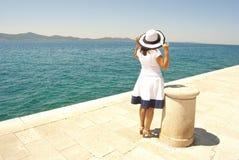 Vrouw die in overzeese afstand kijkt Stock Afbeeldingen
