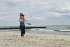 Vrouw die paddleball op strand (reeks 3 van 3) speelt royalty-vrije stock fotografie