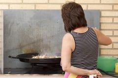 Vrouw die paella voorbereiden Royalty-vrije Stock Afbeeldingen