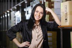 Vrouw die in pakhuis werken Royalty-vrije Stock Foto