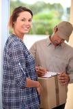 Vrouw die pakket ontvangt royalty-vrije stock afbeelding