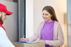 Vrouw die pakket van de koerier van de leveringsdienst ontvangen royalty-vrije stock foto