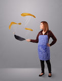 Vrouw die pannekoeken maakt Stock Afbeelding