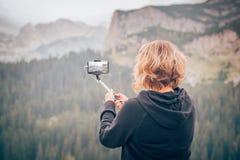 Vrouw die panoramisch beeld van berglandschap nemen Selfiepho stock afbeeldingen