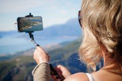 Vrouw die panoramisch beeld van berglandschap nemen Selfiepho royalty-vrije stock foto