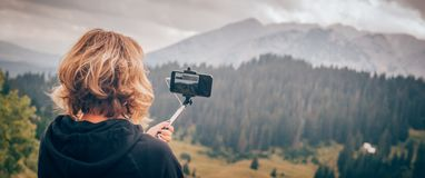 Vrouw die panoramisch beeld van berglandschap nemen Selfiepho royalty-vrije stock foto's